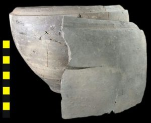 Pot, type Halder 4a en scherf met scheur.